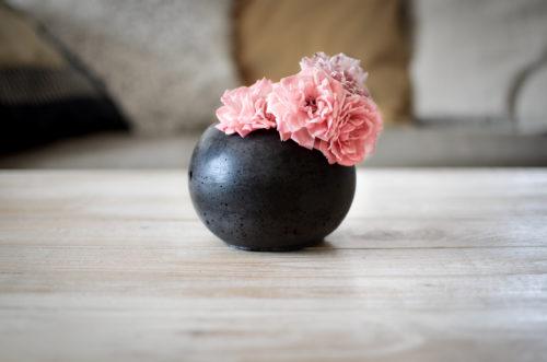 Černý květináč z betonu